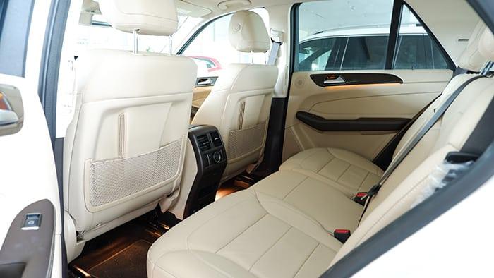 5 ghế ngồi bên trong xe