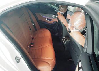 không gian phía sau nội thất xe mercedes C300 AMG