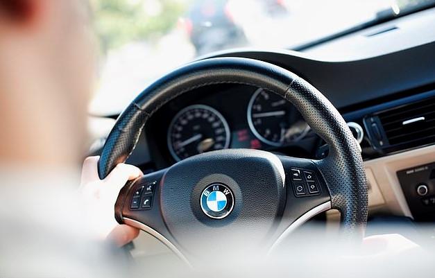tài xế lái xe BMW 420D